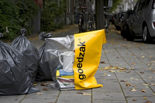 Goedzak bags encourage the Dutch to pass on their unwanted items to others.